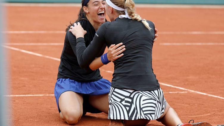 Caroline Garcia tombe dans les bras de Kristina Mladenovic (THOMAS SAMSON / AFP)
