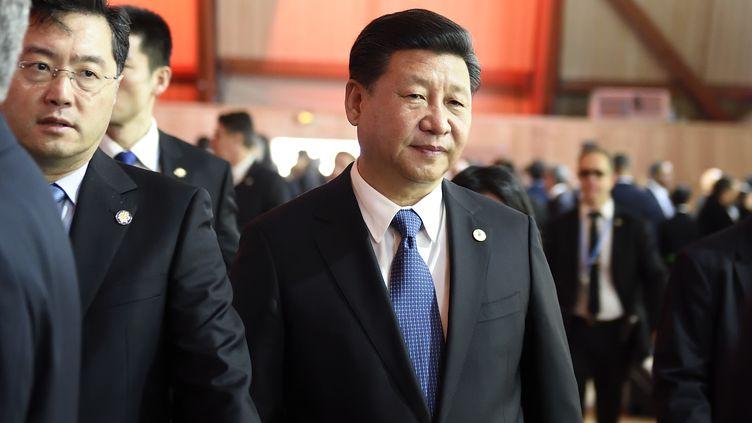 Le président chinois, Xi Jinping, acteur clé des négociations sur le climat, arrive pour la session plénièresur le site dela COP21, au Bourget (Seine-Saint-Denis), le 30 novembre 2015. (ERIC FEFERBERG / AFP)