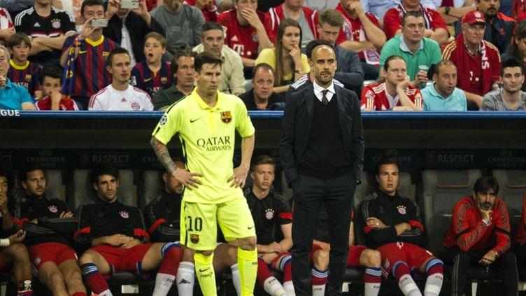 Lionel Messi et Pep Guardiola côte à côte à l'Allianz Arena le 12 mai 2015, alors que l'entraîneur catalan dirige le Bayern Munich face au FC Barcelone de Messi en Ligue des champions. (ODD ANDERSEN / AFP)