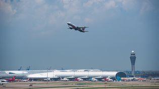 Un avion décolle de l'aéroport de Shenzhen, en Chine, le 10 septembre 2020. (MAO SIQIAN / XINHUA / AFP)