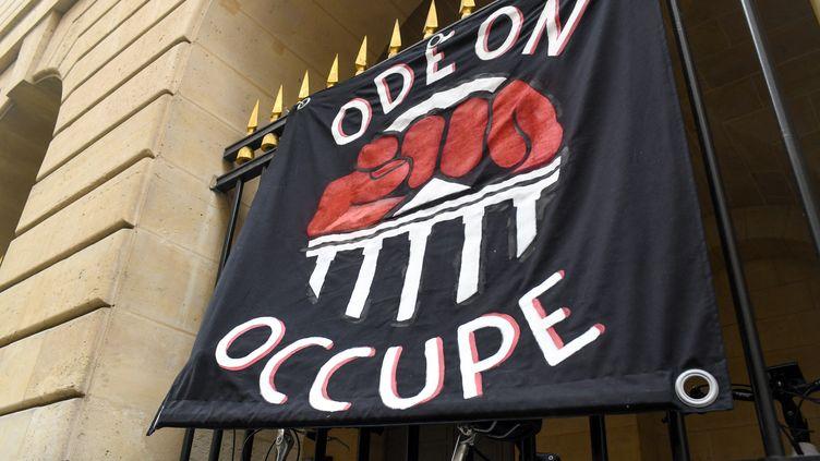 Illustration de l'occupation du Théâtre de l'Odéon à Paris. (JEROME LEBLOIS / HANS LUCAS / AFP)