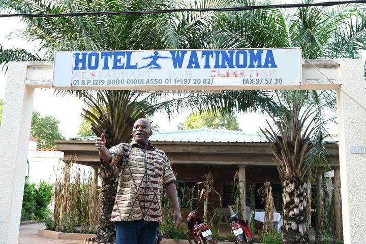 Benjamin Ouedraogo, président de l'association professionnelle des hôteliers et restaurateurs des Hauts Bassins, devant son hôtel à Bobo-Dioulasso le 18 septembre 2019. (ISSOUF SANOGO / AFP)