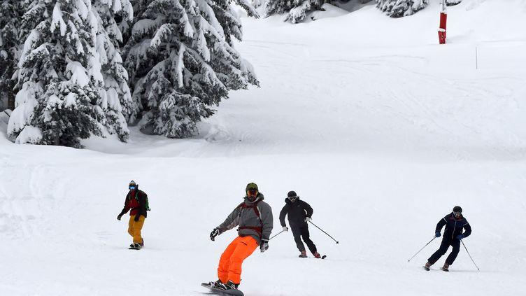 Des skieurs dans la station de Courchevel, dans les Alpes françaises, en novembre 2016. (JEAN PIERRE CLATOT / AFP)
