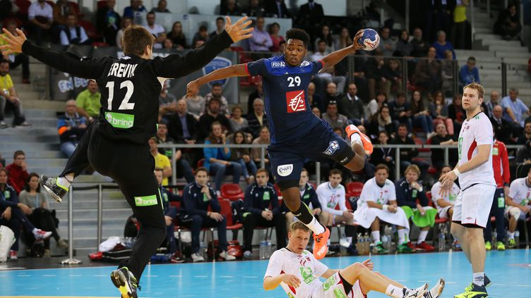 Benoît Kounkoud, ailier du PSG, va découvrir sa première compétition majeure avec les Bleus à seulement 18 ans.  (CHARLY TRIBALLEAU / AFP)
