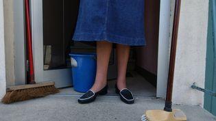 Une femme de ménage en mai 2005 à Caen (MYCHELE DANIAU / AFP)