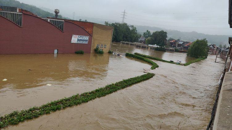 La rue de la maison de Loïc Collette, touchée par de fortes inondations, le 15 juillet 202, àLiège (Belgique). (LOÏC COLLETTE / FRANCEINFO)