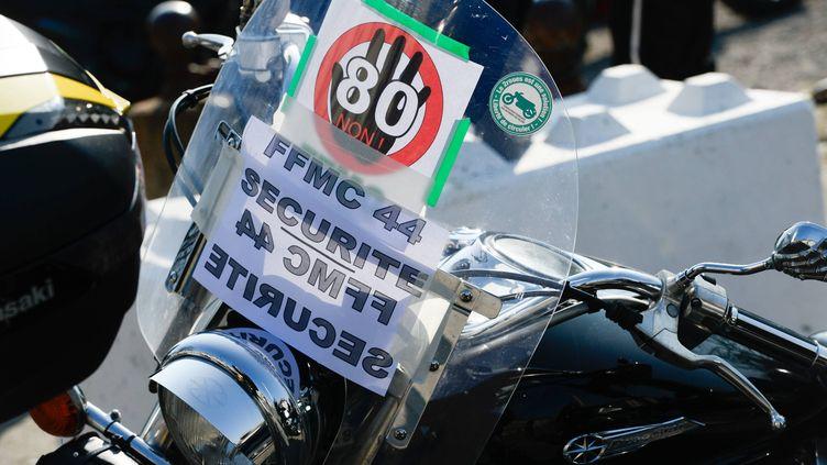 Une affiche contre la limitation de la vitesse à 80km/h sur les routes secondaires lors d'une manifestation à Nantes (Loire-Atlantique), le 24 février 2018. (MAXPPP)