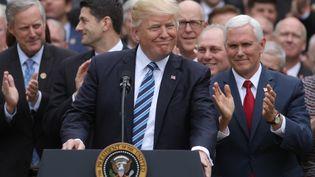 """Le président des Etats-Unis, Donald Trump, son vice-président, Mike Pence, et les leaders des républicains au Congrès américain célèbrent l'adoption d'un plan d'abrogation de la loi de santé """"Obamacare"""", le 4 mai 2017 à la Maison Blanche, à Washington (Etats-Unis). (CARLOS BARRIA / REUTERS)"""