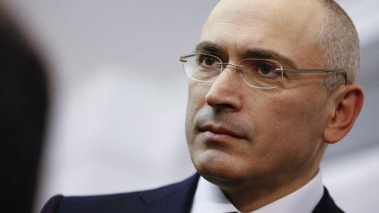 L'ex-oligarque russe Mikhaïl Khodorkovski, tout juste libéré, visiteun musée consacré au Mur de Berlin, près de Check Point Charlie,le 22 décembre 2013. (THOMAS PETER / REUTERS)