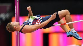 Kévin Mayer participe au décathlon lors des Mondiaux d'athlétisme de Londres (Royaume-Uni), le 11 août 2017. (KIRILL KUDRYAVTSEV / AFP)