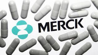 Des pilules et le logo du laboratoire Merck, à Cracovie (Pologne), le 18 octobre 2021. (JAKUB PORZYCKI / NURPHOTO / AFP)