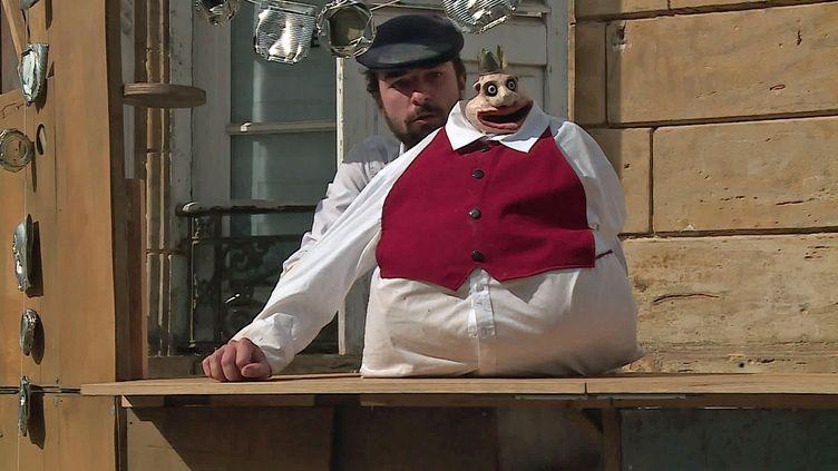 """Sylvain Ménard joue son """"Père Rubu"""" dans les rue de Charleville-Mézières à l'occasion du festival mondial des marionnettes (France 3 Grand Est)"""