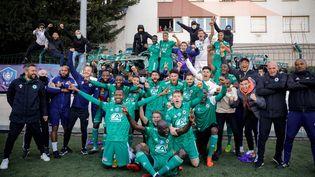 Les joueurs du Red Star fêtent leur victoire face à Lens en 16es de finale de la Coupe de France le 6 mars 2021 à Saint-Ouen, près de Paris. (GEOFFROY VAN DER HASSELT / AFP)
