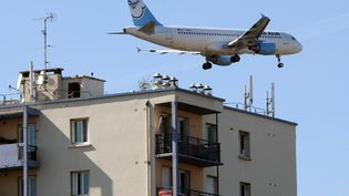 Un avion survolant des immeubles à Toulouse, 2 octobre 2012. (PASCAL PAVANI / AFP)