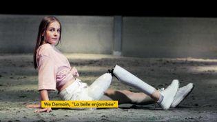 Victoire, fière de montrer son handicap avec sa prothèse customisée (FRANCEINFO)