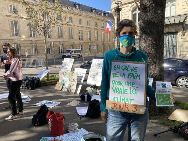 """Florence, en grève de la faim pour demander une """"vraie loi Climat"""", participe à la grève organisée par des jeunes militants près de l'Assemblée nationale (Paris), le 30 mars 2021. (CAMILLE ADAOUST / FRANCEINFO)"""
