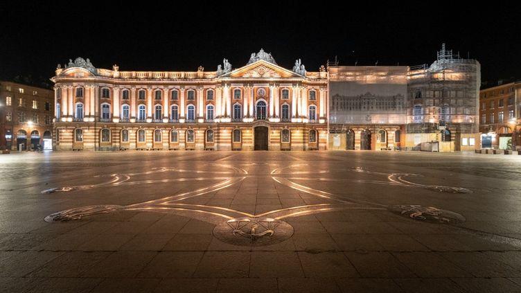 La place du Capitoleétait déserte à Toulouse (Haute-Garonne), le 17 octobre 2020. (ADRIEN NOWAK / HANS LUCAS / AFP)