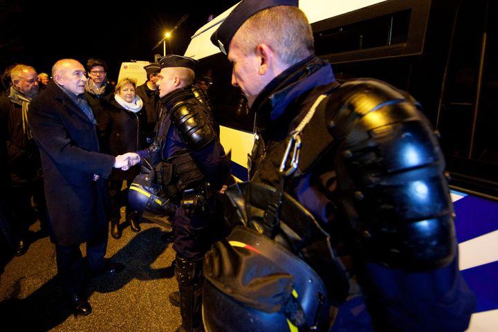 Le ministre de l'Intérieur, Gérard Collomb, dans la nuit du 1er au 2 février 2018 à Calais (Pas-de-Calais), après des rixes entre migrants. (MAXPPP)
