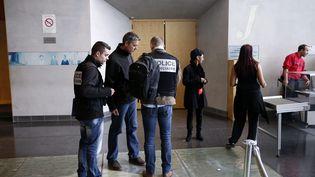 Des policiers interrogent des témoins après la fusillade au tribunal de grande instance de Melun(Seine-et-Marne), le 29 octobre 2015. (MAXPPP)