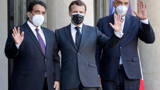 Emmanuel Macron accueille lechefdu conseil présidentiel libyen, Mohammed El-Menfi (gauche), et son vice-présidentMoussa Al-Koni (droite), le 23 mars 2021 à Paris. (LUDOVIC MARIN / AFP)