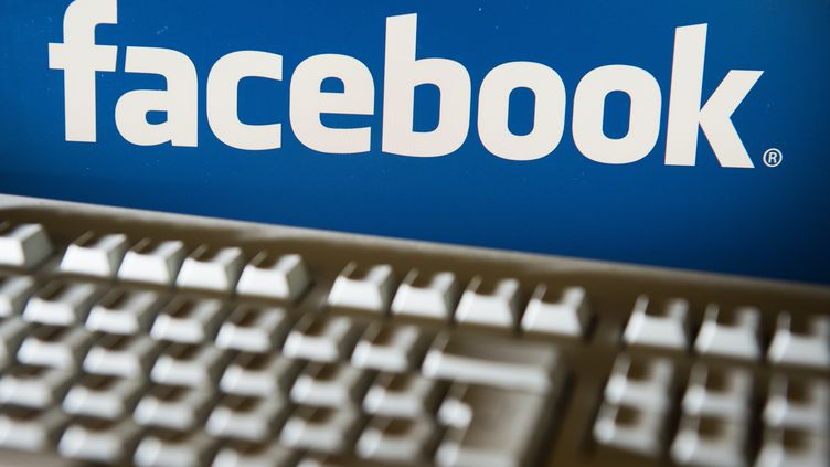 Le logo du réseau social Facebook, le 31 octobre 2014, à Berlin en Allemagne. (LUKAS SCHULZE / DPA)