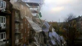 Un échafaudage s'effondre, le 28 octobre 2013, à Copenhague (Danemark), sous l'effet de la tempête Christian. (APTN / FRANCETV INFO)