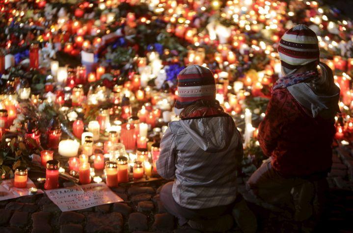 Des centaines debougies déposées ont été déposées devant l'ambassade de France à Prague (République Tchèque). (DAVID W CERNY / REUTERS)