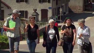 Tous les nouveaux élus des municipales seront rentrés en fonction d'ici le dimanche5 juillet. À Saint-Point-Lac, dans le Doubs, c'est déjà le cas et c'est une exception en France : sur les neuf élus, huit sont des femmes, dont madame la maire qui a créé sa liste en plein confinement. (FRANCE 3)