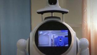 Des robots sont utilisés pour désinfecter des bâtiments ou rappeler les règles sanitaires. (CAPTURE ECRAN FRANCE 2)