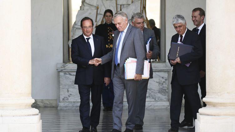 François Hollande (G) et Jean-Marc Ayrault, suivis de Frédéric Cuvillier et Philippe Martin, à la sortie du Conseil des ministres le 2 août 2013 à l'Elysée. ( MAXPPP)