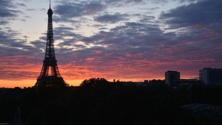 La Tour Eiffel vue depuis Radio France au lever du jour. (JEAN-CHRISTOPHE BOURDILLAT / RADIO FRANCE)