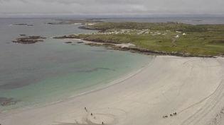 Cap sur une région d'Irlande devenue populaire grâce à un titre phare de Michel Sardou : la côte ouest, avec ses lacs du Connemara. Carte postale. (FRANCE 2)