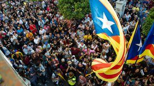 Des manifestantsavec le drapeau de la Catalogne, mardi 3 octobre 2017, à Pineda de Mar, au nord de Barcelone (Espagne). (LOLA BOU / AFP)
