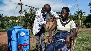 Une femmereçoit une injection du vaccinAstraZeneca, le 18 mai 2021 à Siaya (Kenya). (BRIAN ONGORO / AFP)