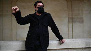 """Masqué en raison du Covid-19, ledirecteur du festival d'Avignon Olivier Py présente à la presse sa """"Semaine d'art"""", le 22 octobre 2020. (CHRISTOPHE SIMON / AFP)"""