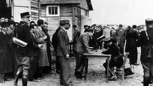 Des déportés juifs sont enregistrés par la police au camp de transit de Phitiviers, dans le Loiret, le 14 mai 1941. (AFP)