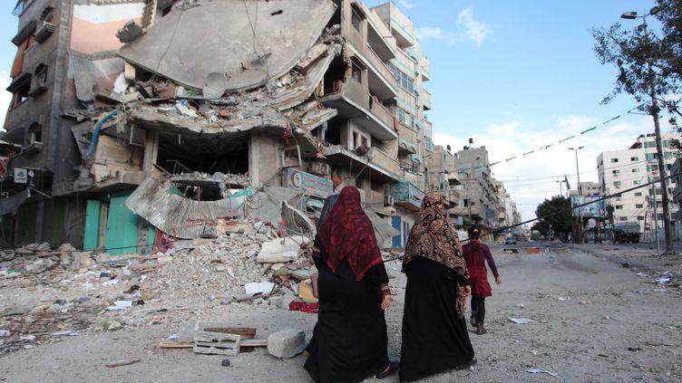 Des Palestiniens marchent dans la ville de Gaza le 19 juillet 2014. (ASHRAF AMRA / ANADOLU AGENCY / AFP)