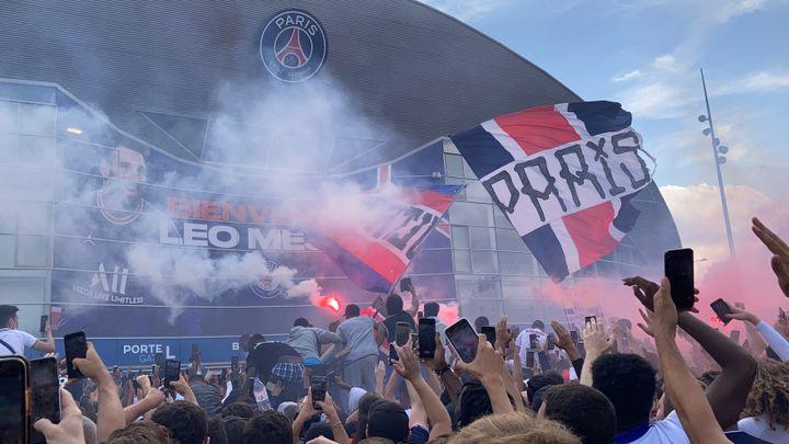 A l'arrivée de Messi sur le tapis rouge, le public parisien s'est littéralement embrasé. (Adrien Hémard)