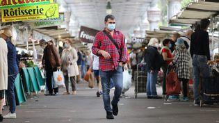 Les clients du marché de Grenelle font leurs courses tous les mercredis et dimanches, masqués ou non. (ARNAUD JOURNOIS / MAXPPP)
