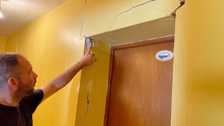William montre les failles d'un mur, de la maison où il vivait au Teil, qui ont été provoquées par le séisme, le 10 novembre 2020. (BORIS LOUMAGNE / RADIO FRANCE)