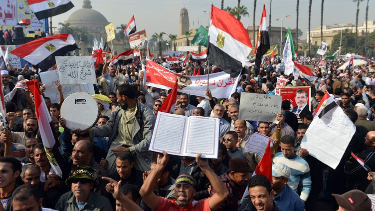Des milliers d'islamistes ont manifesté au Caire (Egypte)en soutien au président Mohamed Morsi, le 1er décembre 2012. (KHALED DESOUKI / AFP)