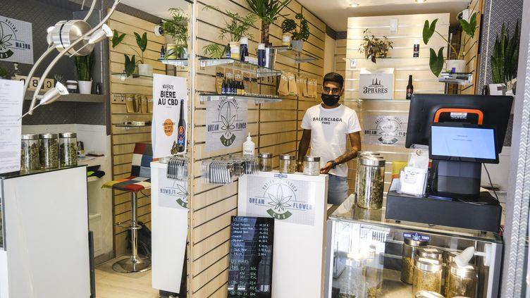 Un vendeur dans une boutique qui commercialise du CBD, à Angers (Maine-et-Loire), le 7 juin 2021. (JEAN-MICHEL DELAGE / HANS LUCAS / AFP)