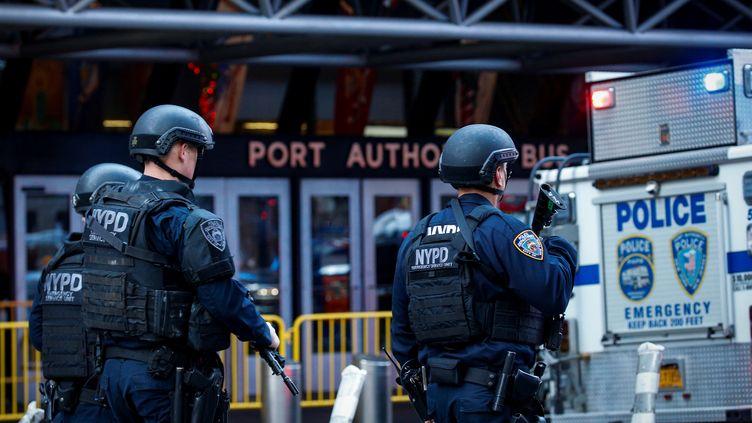 La police sécurisela gare routière de Port Authority, dans le centre de Manhattan, à New York (Etats-Unis), le 11 décembre 2017.  (BRENDAN MCDERMID / REUTERS)