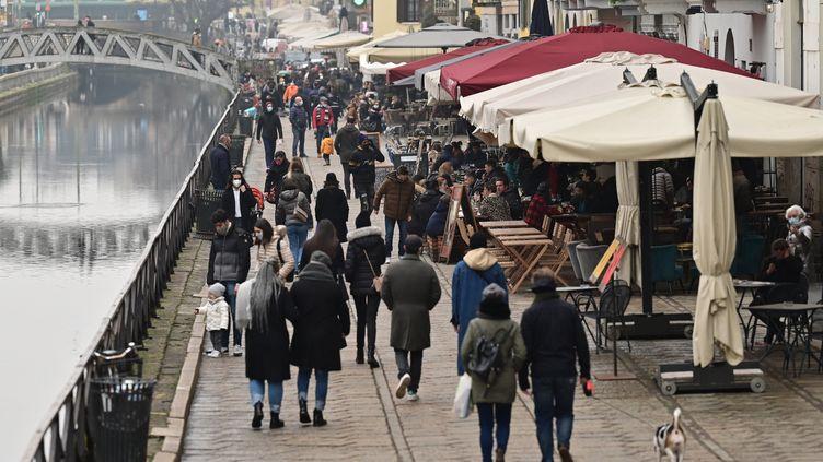 Les quais des de Milan (Italie), le 6 février 2021 où les terrasses des restaurants et cafés sont ouvertes, plus d'un mois avant l'annonce d'un reconfinement. (MIGUEL MEDINA / AFP)