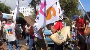 Un rassemblement de tous les syndicats des personnels de l'Éducation nationale se déroule dans l'après-midi du lundi 12 novembre. Johanna Ghiglia est en direct du jardin du Luxembourg, point de départ du cortège parisien (FRANCE 3)