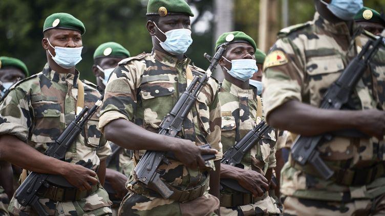 Des soldats malienslors desfunérailles del'ancien président du Mali, le général Moussa Traoré, le 18 septembre 2020, àBamako. (MICHELE CATTANI / AFP)