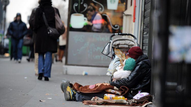 Une famille sans-abri dans la rue à Paris. Photo d'illustration. (YANN FOREIX / MAXPPP)