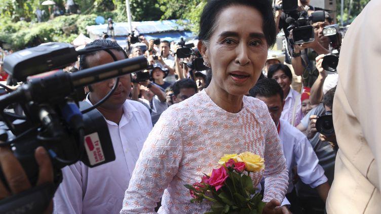 Aung San Suu Kyi, leader de la Ligue nationale pour la démocratie, arrive au quartier général de son parti le 9 novembre 2015 à Rangoon (Birmanie). (SOE ZEYA TUN / REUTERS)
