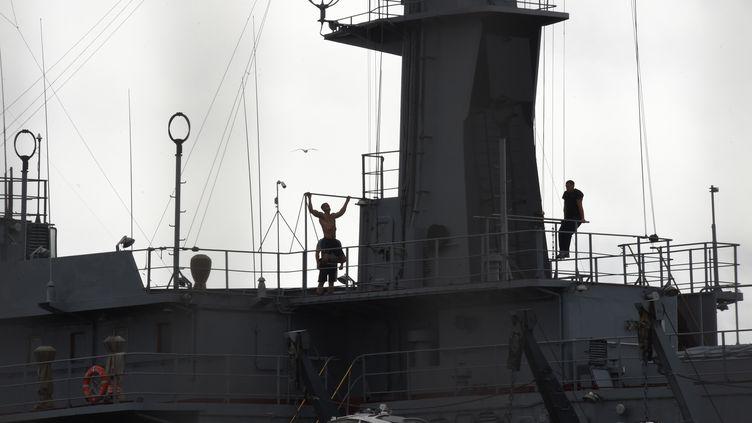 """Des marins sur le Mistral """"Vladivostok"""" à Saint-Nazaire (Loire-Atlantique), le 8 août 2014. (MARCUS BRANDT / DPA / AFP)"""