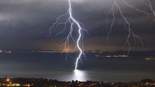 Un orage au-dessus de l'Etang de Berre (Bouches-du-Rhône), le 11 août 2014. (CHRISTOPHE SUAREZ / BIOSPHOTO / AFP)